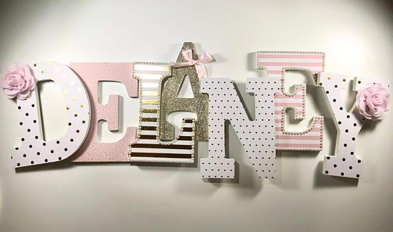 Rosa Mädchen Kinderzimmer Buchstaben::: DELANEY::: (Buchstaben sind $23 jeweils)--mindestens drei Diese Briefe sind in einem schönen rosa, knackig weiß und schimmernden Gold gemacht! Die Holzbuchstaben sind 9 in der Höhe und fertig zum Aufhängen. Jeder Satz von Buchstaben