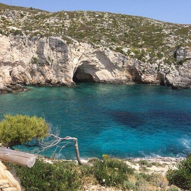 Vil man bade ved klipper og hoppe ned i det smukke blå vand, er Porto Roxa og limnionas på vestkysten de perfekte strande. Er det ikke bare smukt? Du kan læse mere om Zakynthos her: www.apollorejser.dk/rejser/europa/graekenland/zakynthos