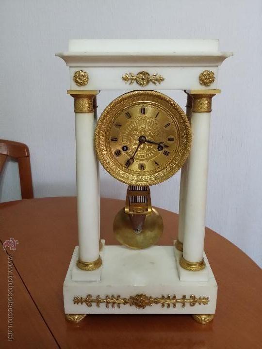 Reloj de pórtico en mármol blanco y bronce dorado, Carlos X, del primer tercio del siglo XIX / Relojes antiguos en todocoleccion