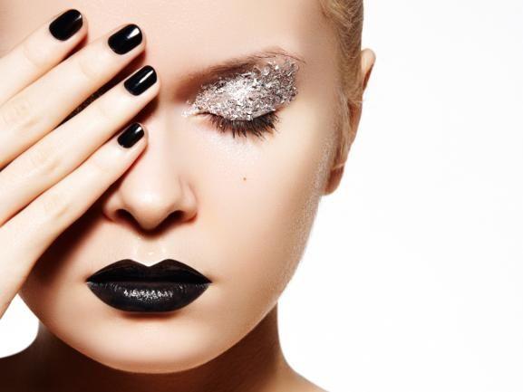 #eyemakeup #silver #glitter #darklipstick #darklips #darknails Glitzer-Make-Up für Silvester