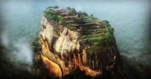 El Sigiriya (Sri Lanka) es una antigua fortaleza construida en la cumbre de una gigantesca roca volcánica. Contiene las ruinas del palacio del rey Kasyapa (siglo V d.c.) declaradas Patrimonio de la Humanidad por la Unesco.