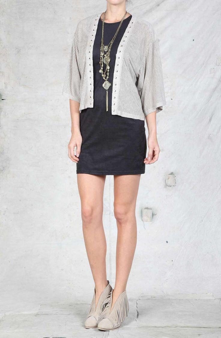 Cover Up femenino tela suede (tela con apariencia de gamuza) con perforaciones. Compra en la tienda On line tennis.com.co - tennis