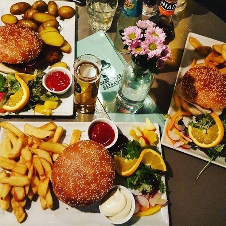 Lecker Burger  mit Avocado und Curry-Mango Sauce dazu nen Kölsch  für 1100 Ladet jetzt eure besten Burger Bilder bei uns in der App hoch  @andzisam #köln #cologne #cgn #kölle #cgnfood #welovecologne #colognefood #ig_cologne #ig_köln #colognestagram #kölnstagram #kölnerecken #foodcologne #stadtamrhein #rheinufer #ilovecologne #rhein#fresh #travel #foodporn #photooftheday #healthy #tasty #foodie #cleanfood #greenfood #fries #avocado #burger #herrpimock by colognefoodguide #haxenhaus #people…