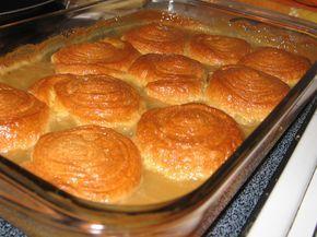 Dans une casserole, à découvert, amener à ébullition la crème, le sirop d'érable et le sucre d'érable ou la cassonade, en remuant constamment au fouet...