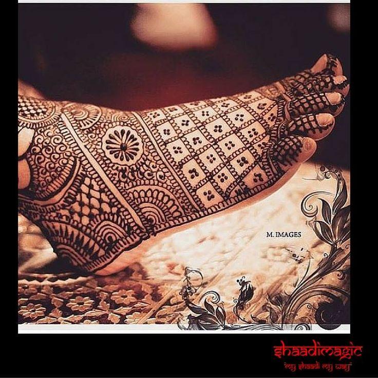 Intricate mehendi on the feet looks extremely elegant