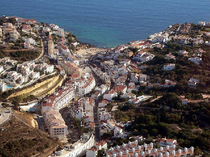 """Carvoeiro representa uma opção particularmente atractiva no que se refere à prática do turismo de """"sol e praia"""","""