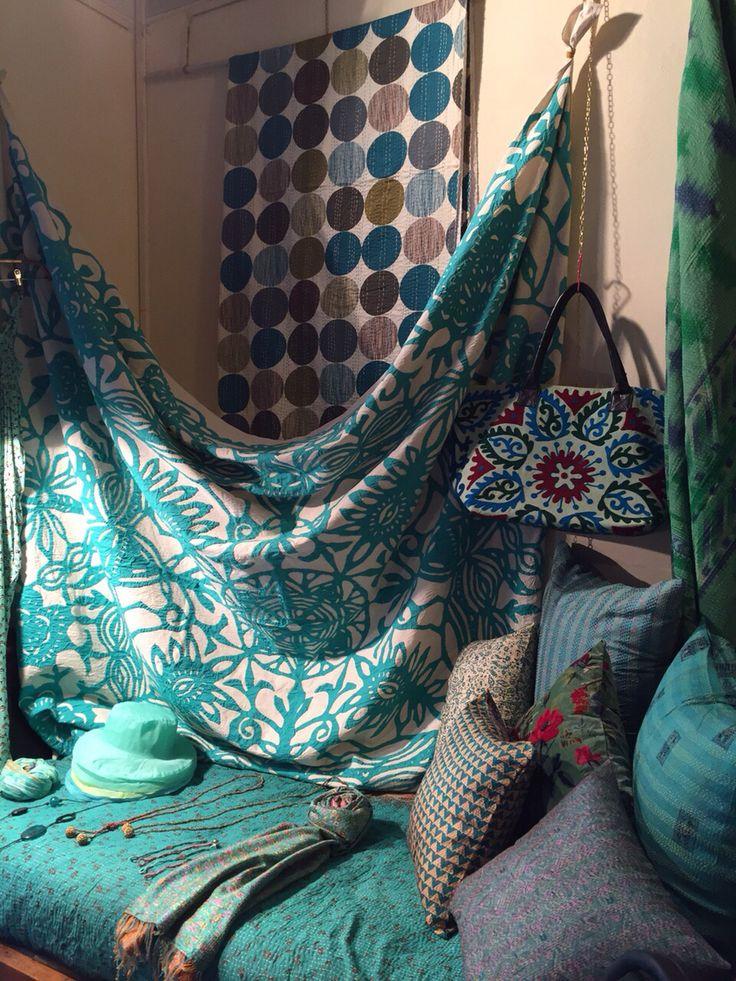 Copriletto von applicazioni a mano, kantha quilt, cappello in organza, borsa suzani, cuscini in seta