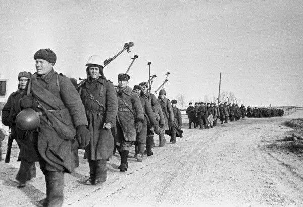 Soldats soviétiques équipés de fusils antichar PTRD-41 marchant près de Viazma en URSS, le 4 mars 1943.