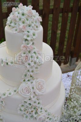 http://www.lemienozze.it/gallerie/torte-nuziali-foto/img27747.html Torta nuziale multipiano con decorazione di rose