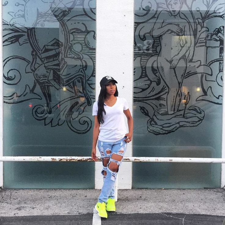 This is one cool incognito outfit with a punch of excitement because to the neon kicks. Neon sneakers will always have you standing out from the crowd. Get more Ways To Style Up Your Sneakers | xon.ec/1VPXo3P