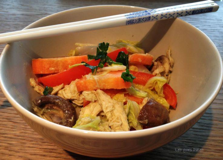 Deze snelle kipcurry is ideaal met dit herfstige weer. Vroeger at ik hier rijst bij, tegenwoordig hooguit een salade. Wil je er absoluut iets bij, kies dan voor bloemkoolrijst voor de 'authentieke currybeleving'. 4-6 porties  voorbereiding: 7 min. + tijd voor de kip bereiding: 15 min.  1 Chinese kool, in repen 1 winterwortel, in plakjes 1 doosjes kastanjechampignons, gehalveerd 1 rode paprika, in
