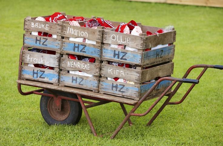 Ontbijt aan tent op FarmCamps De Geelebosch geserveerd in oude fruit kisten