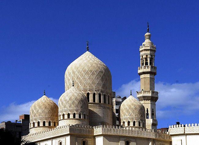 Mesquita Abu Abbas al-Mursi, a mais famosa mesquita de Alexandria, Egito. É dedicada ao santo Sufi Alexandrino Abul Abbas al-Mursi (Shahab al-Din Abu'l-Abbas Ahmad ibn 'Umar ibn Mohammad al-Ansari al-Mursi), cujo túmulo está no interior da mesquita. Ela está localizada no bairro de Anfoushi, perto da Cidadela de Qaitbay. Construída no século XIII, a mesquita foi redesenhada e construída na forma atual de hoje por Eugenio Valzania e Mario Rossi nos anos 1929/1945.
