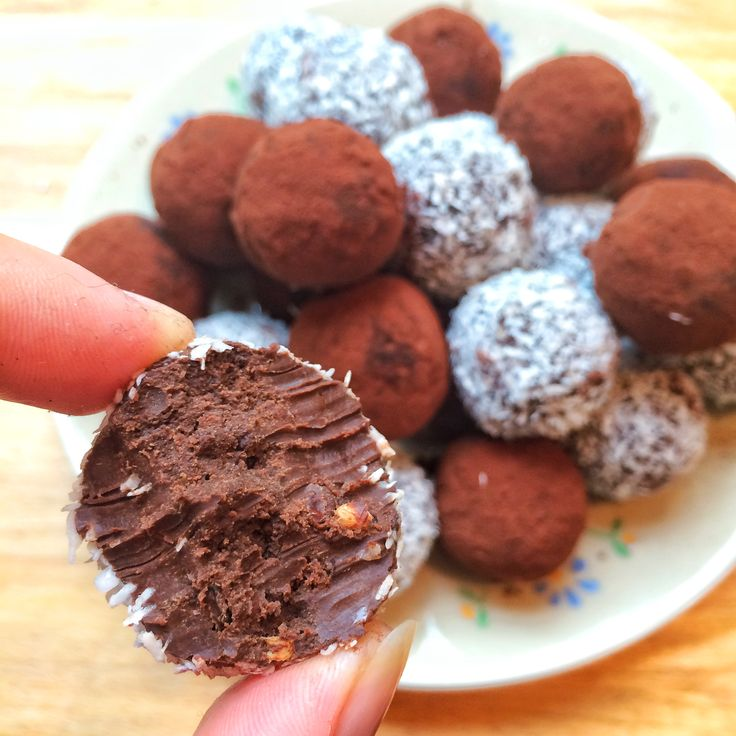 Benieuwd naar een heerlijk recept? Deze pure chocolade avocado bliss balls moet je proberen. Bekijk het recept op de blog!