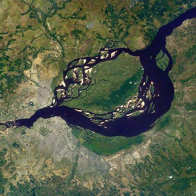 Це одне з найбільших міст світу. Як воно називається? Кіншаса! Кіншаса, столиця Демократичної Республіки Конго, в якому проживає понад 9 мільйонів жителів. Місто розташовано на південному березі широкої річки Конго (в нижній частині фото). На протилежному боці знаходиться Браззавіль, столиця Конго.