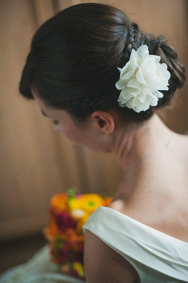 Divatos menyasszonyi konty fonott díszítéssel