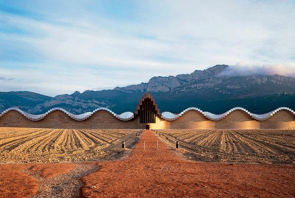 Винодельня Bodegas Ysios в Испании. Архитектор Сантьяго Калатрава.