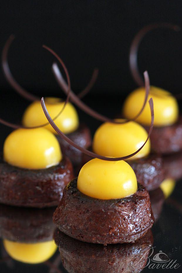 Financier de chocolate con crema inglesa de mango | Bavette