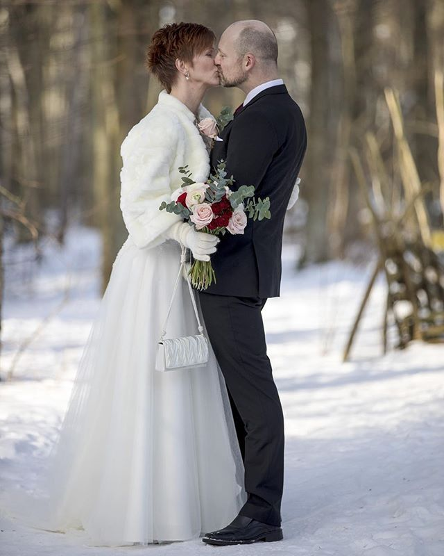 Kärleken trotsar kylan! #bröllopsinspo #bröllop #bröllop2018 #bröllopsfotograf #bröllopsklänning #vinterbröllop #winterwedding #wedding #linköping #norrköping #söderköping #motala #vadstena #meralink #visitlinköping #igwedding #igsweden #igscandinavia #ig_cameras_united #igbestoftheday #igsverige #iamnordic #canonphotography #canon5dmk4 #canon70200