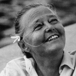 Charlotte PERRIAND 1903-1999 Architecte et designer française. Participe au Salon d'automne de 1929 et à la première exposition de l'UAM et collabore aux recherches de Le Corbu sur le logement. Dès les années 1940 elle devient une insatiable voyageuse et découvre la culture japonaise.