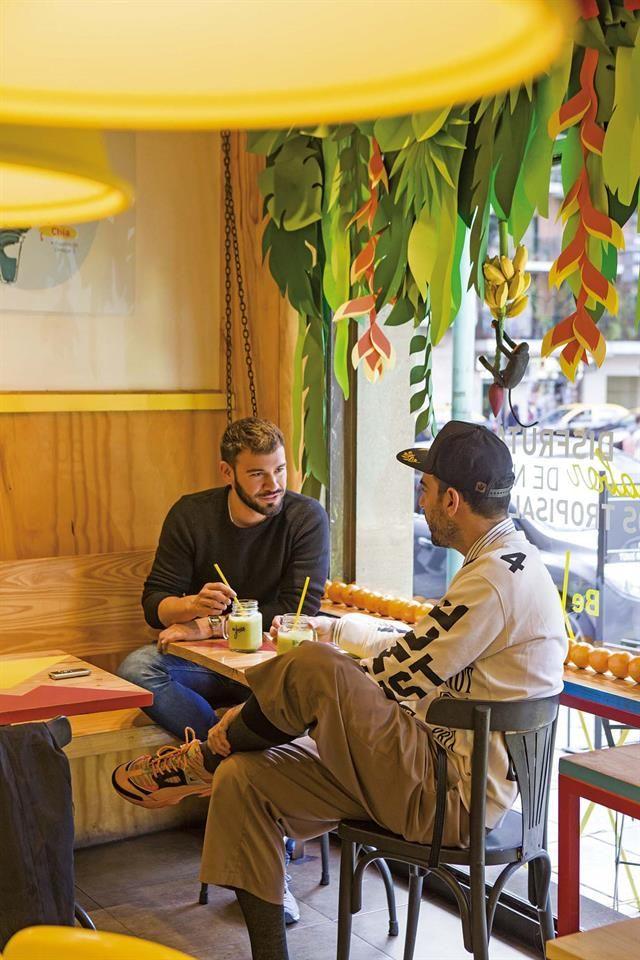 Con Mario Cruz el dueño de Be Juice, el bar-restaurante natural que tiene una instalación suya