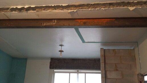 Com a retirada da parede entre a sala e o quarto, o engenheiro pediu pra colocar essa viga de sustentação. Segurança em primeiro lugar.