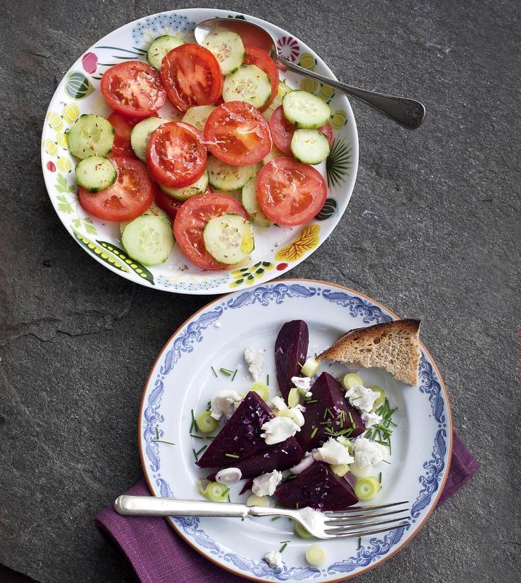 Setter spissen: Langs Middelhavet er tomat- og agurksalat en standardsalat, litt forskjellig fra land til land. Denne varianten er med midtøsteninspirert, med spisskummen og litt chili. Rødbetsalaten får en del syrlighet med litt søtlig eplesidereddik.