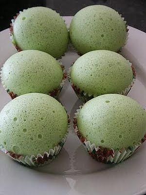 Steamed pandan sponge cake