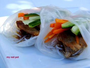 Polędwiczka wieprzowa z warzywami i makaronem zawinięta w papier ryżowy...