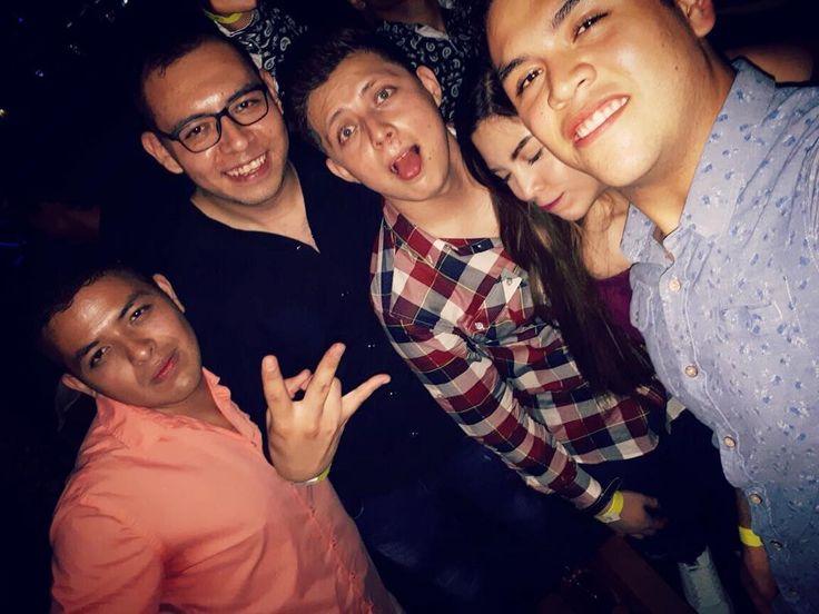 """La vida me puso a estos troncos en el camino, ahí es cuando reafirmó una de mis frases """"Deja que el destino haga lo suyo"""" estoy disfrutando la vida con ellos, creciendo con ellos en tantos aspectos y la verdad sin ellos esto no sería lo mismo y lo más probable es que sin ellos yo ya me hubiera rendido. No queda más que decir muchas gracias hermanos por estar ahí para siempre. Los amo ����❤️�� (martha se ve... ����❤️✨papaya de celaya) jajajaja #friends #true #love #family #boys #martha #night…"""