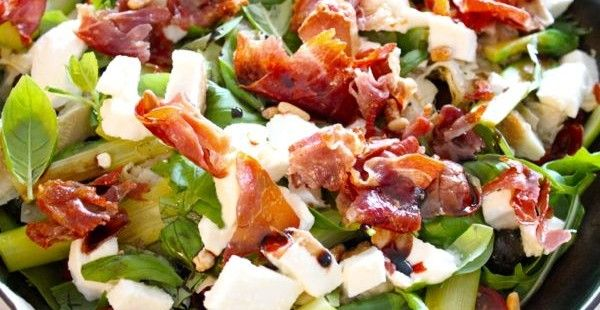 Salade met kerstomaten, mozzarella, groene asperges en krokante ham