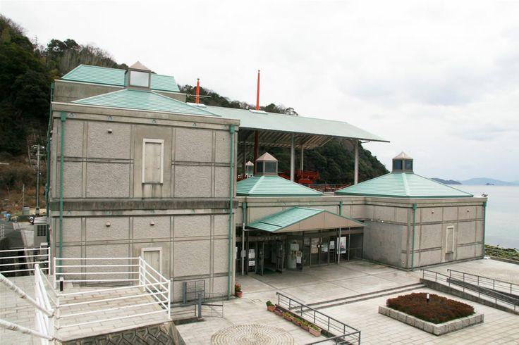 【広島県 おすすめ観光地:倉橋島04/くらはし桂浜温泉館】「長門の造船歴史館」は平成4年(1992年)に開館、「日本の渚百選」や「日本の白砂青松100選」にも選定されている桂浜海水浴場のすぐそばにあります。古代から現代までの木造船模型をはじめ、造船と海運業に関する資料などが多数展示されているほか、驚くことなかれ、館の中央には1200年以上前の姿を復元した遣唐使船が展示されていて、船内を見学することもできます。   《所在地》広島県呉市倉橋町171-7 https://www.google.co.jp/maps/@34.099746,132.513637,13z 《関連サイト》 http://www.kurenavi.jp/html/m000161.html  #shimanowa2014 #Kurahashi