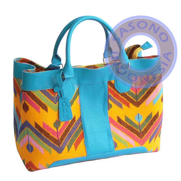 Tas Wanita kombinasi kulit asli warna biru muda dan tenun tradisional warna kuning motif garis segitiga warna warni. Di bagian dalam dilapisi dengan suede.