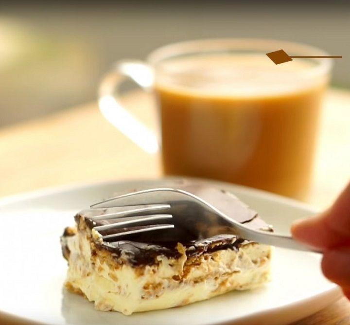 Eclair süti a neve ennek az egyszerű, isteni desszertnek. Sütni sem kell. Szükséged lesz: Tészta és töltelék: - 1 doboz habtejszín - 2 zacskó pudingpor (vanília) - 0,8 liter tej - Teljes kiőrlésű vajas keksz, vagy sima háztartási kekszA jegesedés: - 3 evőkanál tej - 220g porcukor - 50g vaj (olvasztott) - 3 evőkanál kakaópor (édesített) - csipet só Íme: Pudingport keverjük el habverővel a tejben.  Ezután a tejszínhabot felverve tegyük bele óvatosan.  Az edény aljára tedd sorba a…