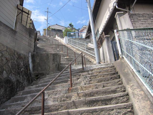 広島県呉市、映画「海猿」で有名な両城200階段を見てきました。   海軍さんの街、呉市には防空壕が残ってます。  …