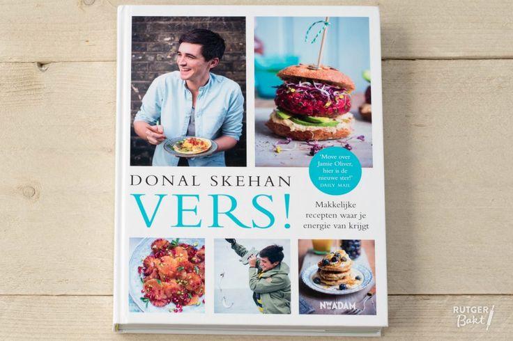 Deze volle chocoladetaart met kokos is een feestelijke afsluiting van een geslaagd diner. Dit dessert is niet alleen glutenvrij, maar ook smeuïg en heel smakelijk. Het glanzende chocoladeglazuur en de topping van kokosrasp maken de taart helemaal af. Het recept voor dit dessert is afkomstig uit het heerlijke boek van Donal Skehan: Vers! Dit boek staat boordevol met toegankelijke recepten zoals chunky maaltijdsoepen, vullende salades, aromatische stoofpotjes en lekkere taarten. Door goede…