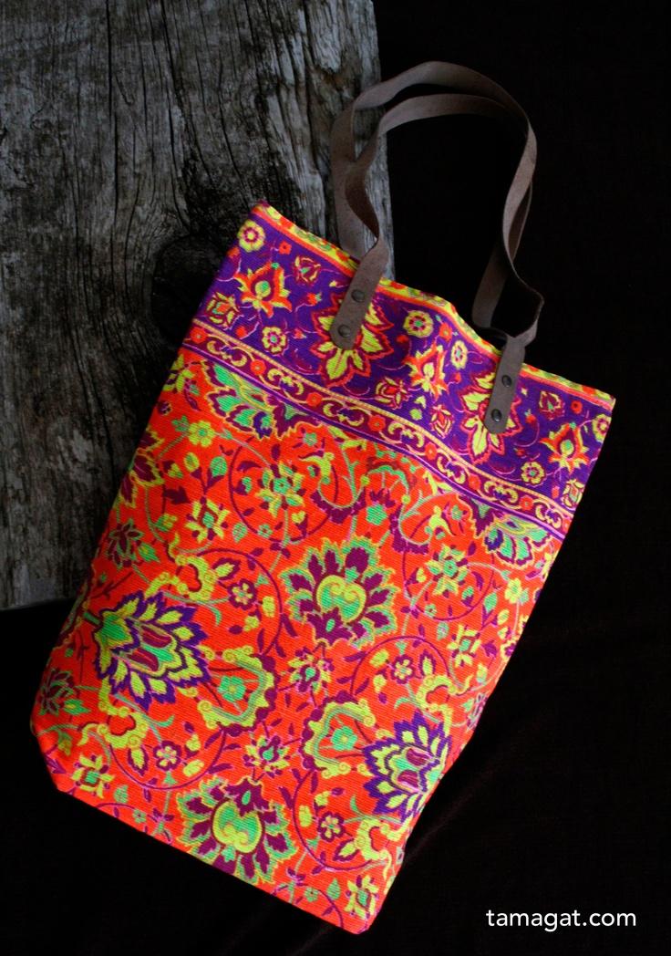 Bolso de tela arpillera pintada en vivos colores, asas de piel y un bolsillo interior con cremallera, su medidas es 44x 35x12cm. Súper veraniego!!!