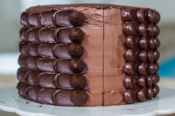 Mijn moedertje maakte deze chocolade truffeltaart afgelopen zomer. Zoals meestal was ze zelf niet tevreden met haar baksel, maar wij vonden hem h - e - e - r - l - i - j - k. Voor de chocolade truffel liefhebbers is deze taart een feestje! De vulling heeft een subtieleamandelsmaak, smelt weg op…