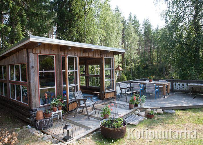 Terassilta on helppo siirtyä vilpolan suojaan, kun sade yllättää tai ilta viilenee. www.kotipuutarha.fi