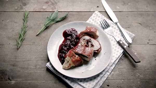 Met dit kerstgerecht steel je de show! Een gerecht met veel smaak, zonder lange bereidingstijd. Na de eendenborst met rode biet is het tijd voor het hoofdgerecht van het kerstdiner dat ik op film voor jullie heb gekookt. We gaan voor een smakelijk stukje kipmet kerstboter, parmaham en cranberrysaus. Kip is een veelzijdig stukje vlees... LEES MEER...