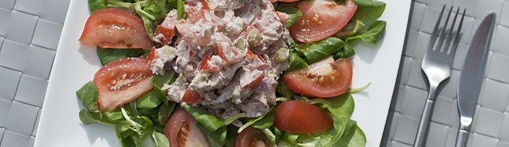 <p>Vandaag heb ik een recept voor tonijnsalade voor jullie. De salade is heerlijk met dit mooie en warme weer en smaakt erg goed met vers – nog warm – brood, zoals zelfgemaakt naan. Je hebt er niet zo heel veel voor nodig, maar het resultaat is top! Als je de sla en tomaten weg laat, kun je van de tonijnbasis ook een heerlijke salade voor op toastjes maken. (Laat in de dressing dan de yoghurt weg en vervang deze door wat extra mayonaise, omdat de salade anders te waterig wordt.) Tonijnsalade…