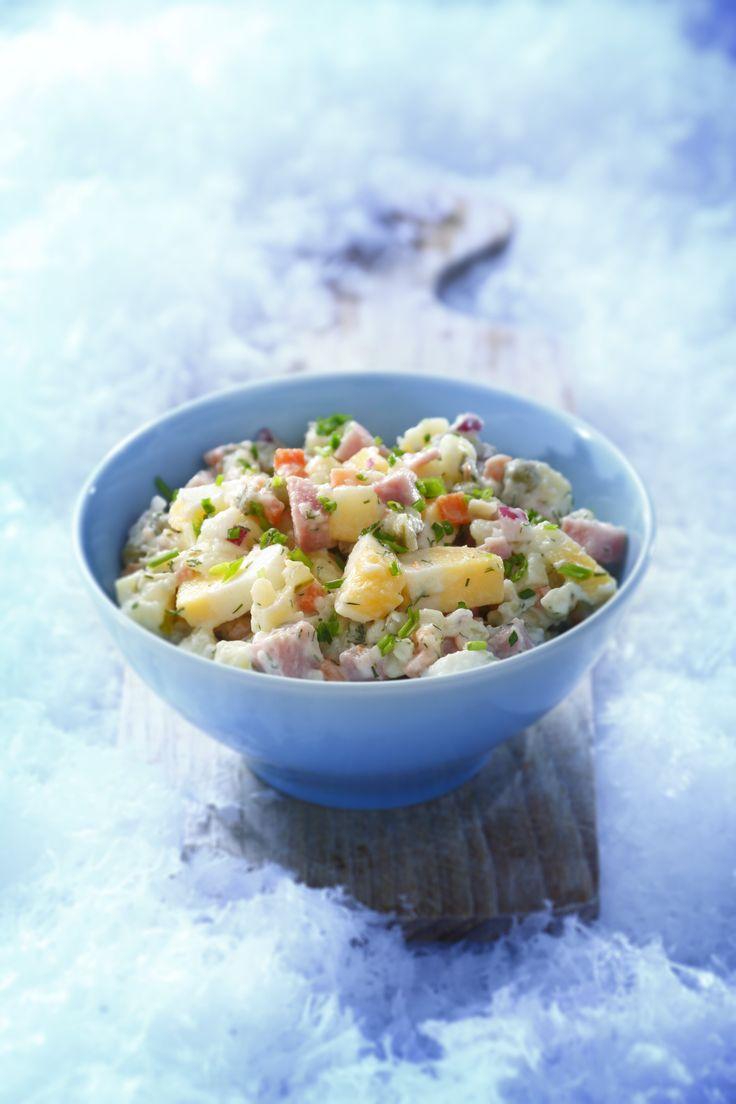 Salade op basis van aardappel, rundvlees, ham, appel, augurk, ei, dille en tartaarsaus.
