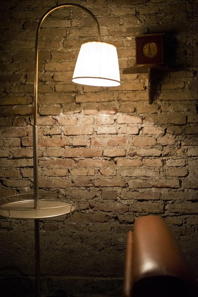 Lampada vintage per arredamento angolo suggestivo da pub irlandese.