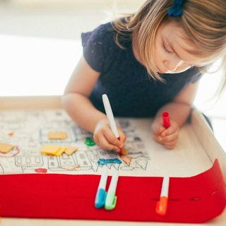 Le set de coloriage comprend 4 marqueurs effaçables à sec, un set de table en silicone motif zoo et d'une pochette en feutrine très pratique qui permet d'enrouler et de ranger rapidement coloriage et feutres.