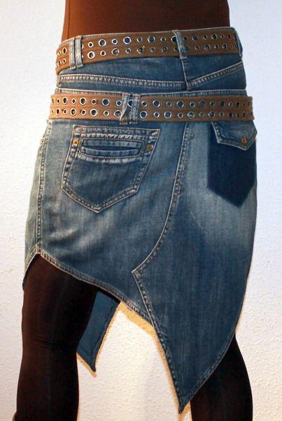 Ausgefallener Jeansrock mit Doppelbund. Hinten und vorne lange Spitzen.  Zwei große und zwei kleine Taschen vorne. Hinten eine aufgesetzte Tasche und eine Klappe mit Zier-Druckknopf. Er ist über...