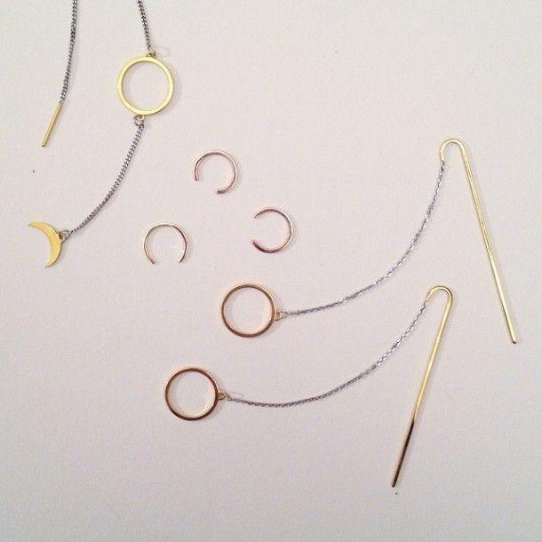 Призрачные химеры  http://tutdesign.ru/cats/fashion/25362-prizrachny-e-himery.html  «Jсновательнице ювелирной марки Himère Jewelry удалось найти новое решение задачки о кольце; и решила она его радикально, в духе «нет никакой ложки, Нео» — нет никакого кольца. Ну как бы оно есть, и как бы его нет.»
