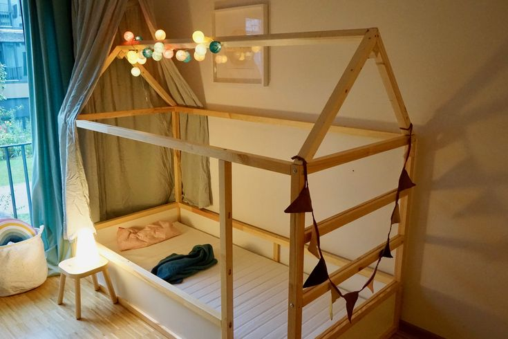 Ein normales Kinderbett für unsere Große hat uns nicht gefallen. Deswegen haben wir ein IKEA Kura Kinderbett zu einem Hausbett umgebaut. …