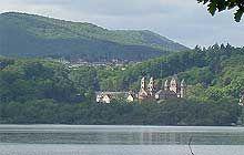 Das Kloster Maria Laach liegt am Laacher See, den man gut umrunden kann