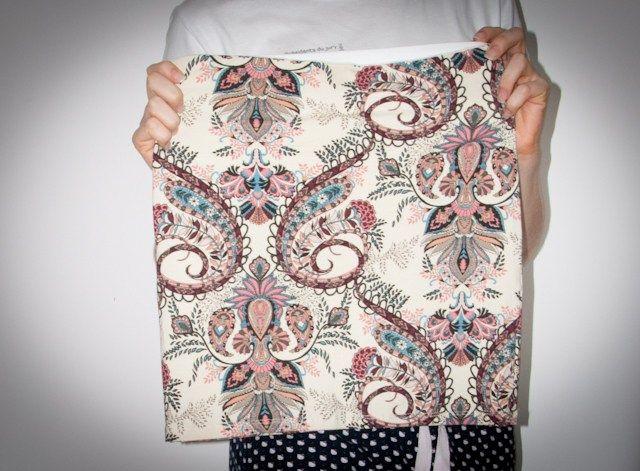 Paisley - look do dia com saia de estampa paisley, jaqueta de couro, salto alto anabela Santa Lolla e bolsa Speedy Louis Vuitton. Blog de moda