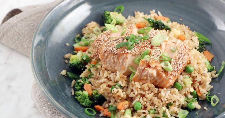 Ugnsbakad lax med sesam och soja, serveras med stekt ris med ägg och goda grönsaker. Enkel vardagsmat som hela familjen gillar!
